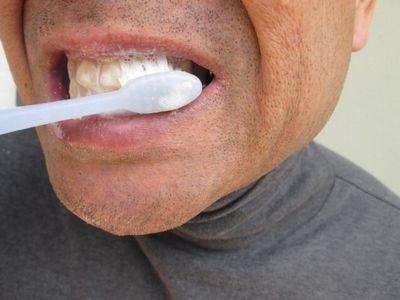 50代男性の歯みがきの様子