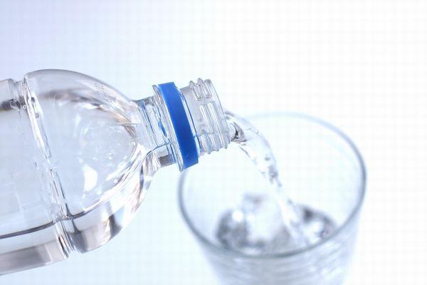 コップに水を注ぐ様子